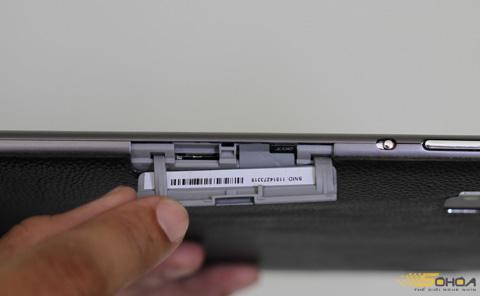 ...và khe cắm thẻ nhớ microSD được đậy kín.