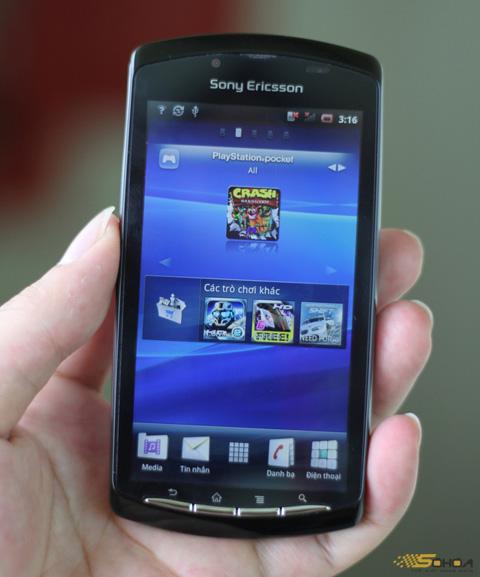 Màn hình của model này rộng 4 inch, khá sáng và sắc nét. Ngoại trừ kho game, khi chưa trượt ra, thiết bị này cho phép làm việc như một chiếc di động chạy Android thông thường của Sony Ericsson.