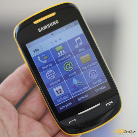 Máy hỗ trợ kết nối Wi-Fi nhanh, ứng dụng Social Hub cho phép đi vào các mạng xã hội, email, dịch vụ chat phổ biến. Trong khi đó, gian ứng dụng Samsung Apps hỗ trợ cài đặt game, phần mềm.