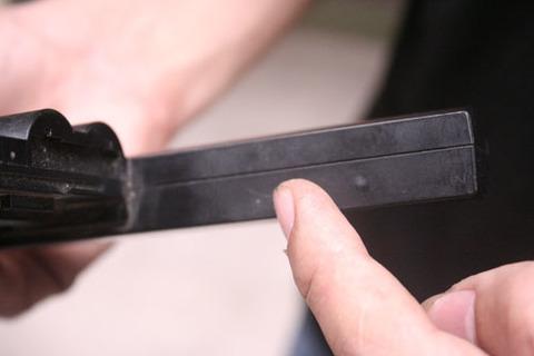 Người dùng nên quan sát các mấu nối của pin để phát hiện ra sản phẩm bị tháo lắp, thay thế. Ảnh: Xuân Ngọc