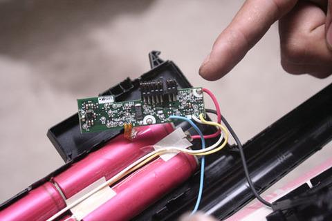 Bộ phận chính của pin laptop bao gồm IC và các cell. Ảnh: Xuân Ngọc