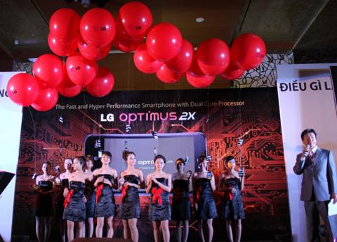 LG khoe thiết kế mỏng nhẹ của Optimus Black tại sự kiện ra mắt Optimus 2X tháng trước. Ảnh: Quốc Huy.