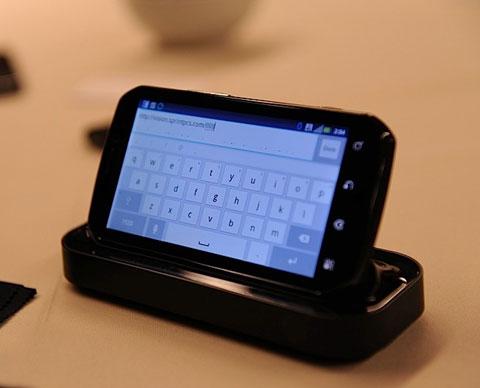 Giống như nhiều điện thoại Android khác của Motorola, thiết bị này có thêm dock đi kèm.