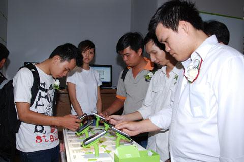 Mô hình mới của hãng được trưng bày đơn giản, màu sắc gắn với thương hiệu HTC.