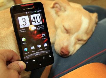 Một trong số những điều thu hút Meghan chính là chiếc HTC Incredible chạy Android của cô. Ảnh: Gadget.pdamu.
