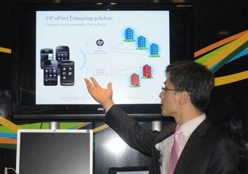 Ông Seoung Jung giới thiệu giải pháp ePrint in từ thiết bị di động mà không cần dây nối.