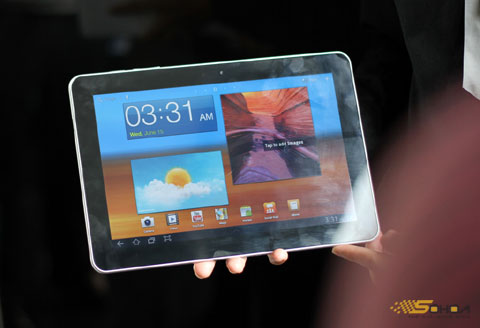 Galaxy Tab 10.1 với thiết kế siêu mỏng, máy có giá 14 triệu. Ảnh: Quốc Huy.