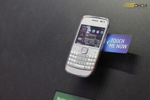 Nokia E6 với màn hình chạm và giao diện Symbian Anna. Ảnh: Quốc Huy.