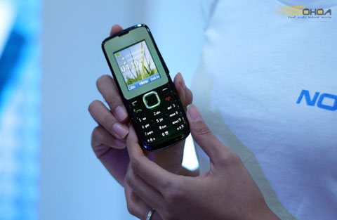 Nokia C2 hai SIM với khả năng thay đổi SIM nhanh. Ảnh: Quốc Huy.