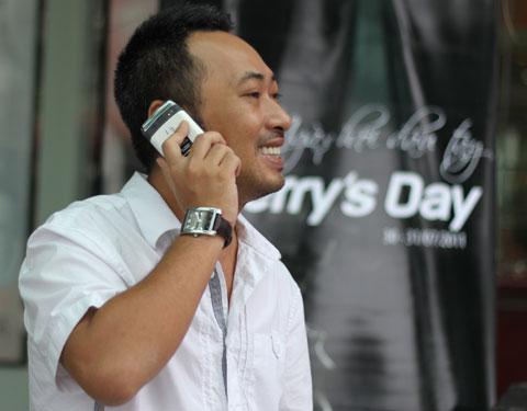 Đạo diễn Nguyễn Quang Dũng có mặt khá sớm tại Hùng Vương Plaza, anh dùng chiếc BlackBerry Bold màu trắng.