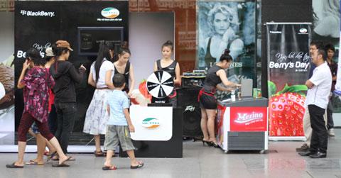 Ngoài ra, Viettel cũng có các thùng kem dâu miễn phí tại gian hàng.