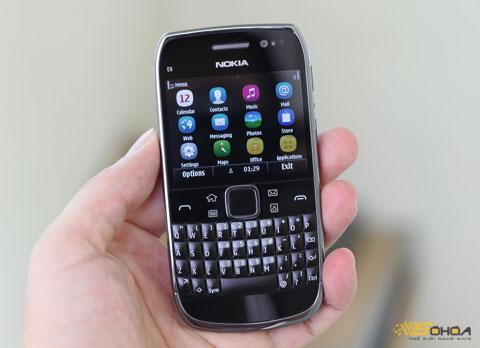 Nokia E6 với thiết kế gọn, màn hình chạm. Ảnh: Quốc Huy.