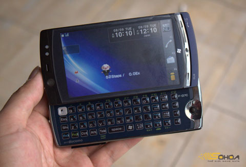 Màn hình Home của máy khi trượt bàn phím ra, F-07C đang chạy trên hệ điều hành Symbian.