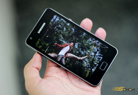 Galaxy S II bị ám màu khi để màn hình tối và chụp hình thiếu sáng. Ảnh: Quốc Huy.