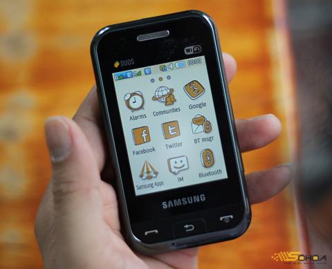 Champ Duos của Samsung với thiết kế nhỏ. Ảnh: Quốc Huy.