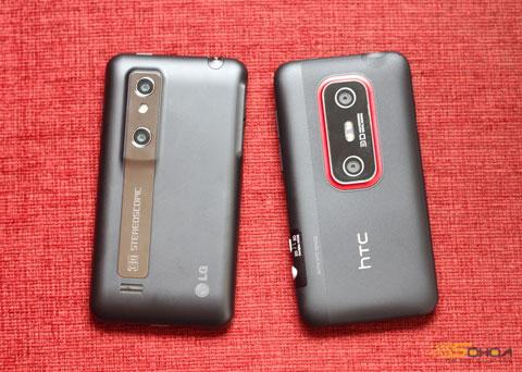 Mặt sau các thiết bị này với hai camera, HTC EVO 3D có hai đèn flash LED.
