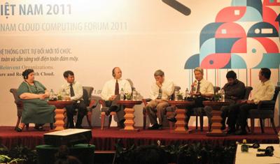 Ông Trần Viết Huân (thứ 2 từ trái sang) và ông Chu Tiến Dũng (thứ 2 từ phải sang) trong buổi tọa đàm về điện toán đám mây.