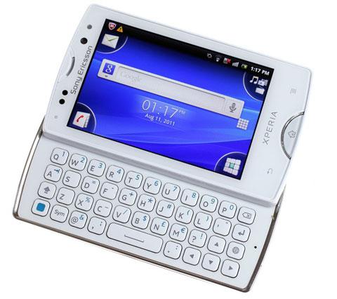 Sony Ericsson sử dụng giao diện Timescape được tùy biến cho màn hình nhỏ với các icon ở 4 góc.