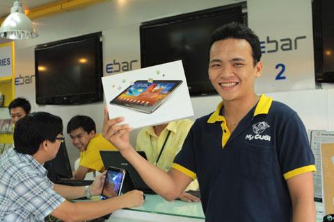 Một khách hàng khoe Galaxy Tab 10.1 vừa mua xong.