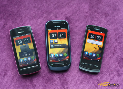 Từ trái qua phải, Nokia 600, 701 và 700.