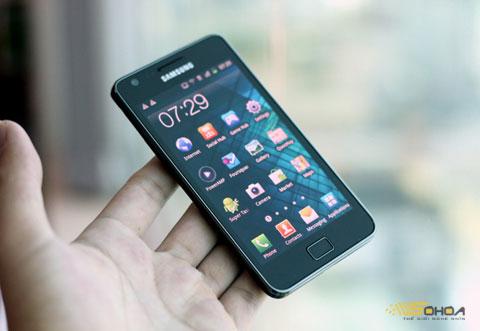Galaxy S II, mẫu di động hiện hiếm hàng xách tay và chỉ có máy chính hãng. Ảnh: Quốc Huy.