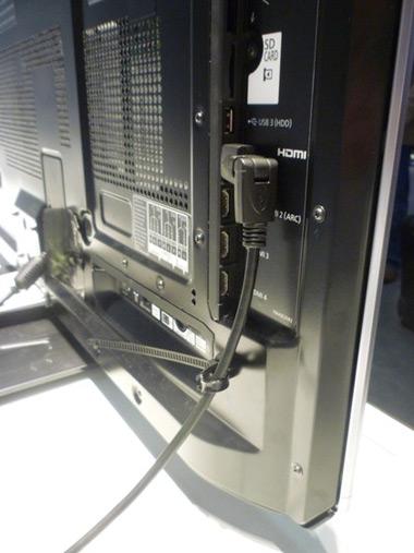 Các cổng kết nối nằm lệch về bên trái TV.