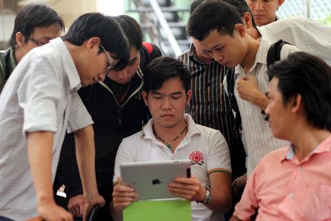 Người Việt Nam dùng thời gian lên mạng nhiều gấp 2,5 lần xem tivi. Ảnh: Kiên Cường