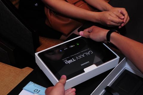 ...màn hình 10,1 inch, thiết kế siêu mỏng là những ấn tượng đầu tiên khi trải nghiệm thiết bị này.