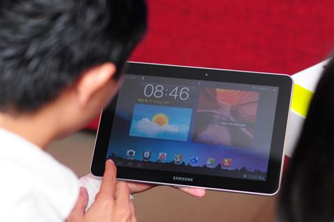 Model có giao diện TouchWiz, phần mềm làm mới các icon, ứng dụng trên hệ điều hành Honeycomb của Google.