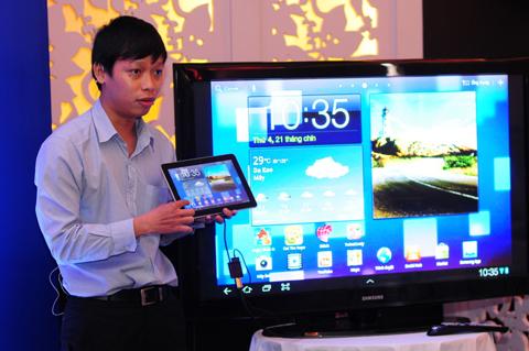Đại diện của hãng chia sẻ cách sử dụng, làm quen với Tab 10.1 cũng như những tính năng nổi trội, khả năng kết nối tốt, xem phim full HD và hàng loạt các ứng dụng giải trí, văn phòng.