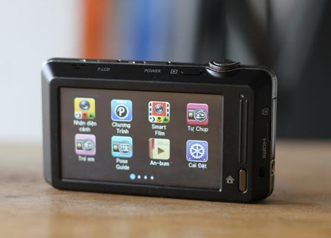 Màn hình cảm ứng của ST700 phía sau rộng 3 inch với icon như điện thoại.