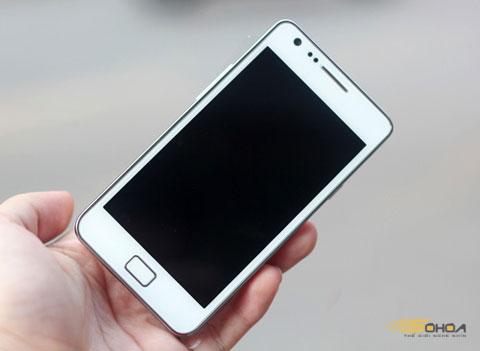 Galaxy S II màu trắng với vỏ màu thời trang. Ảnh: Tuấn Anh.