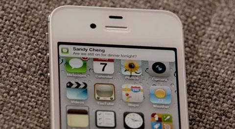 Siri là tính năng nhận diện giọng nói, hỗ trợ 3 ngôn ngữ Anh, Pháp, Đức. (xem clip)