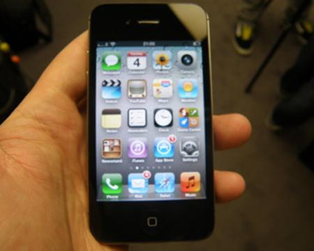 iPhone 4S trông không khác gì iPhone 4. Ảnh chụp tại lễ ra mắt iPhone 4S của trang TechRadar.