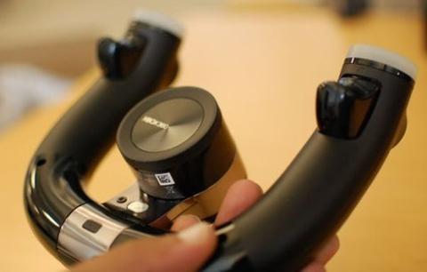 Các nút phụ với nhiệm vụ làm chân ga và chân phanh được đặt ở phía sau của vô lăng.