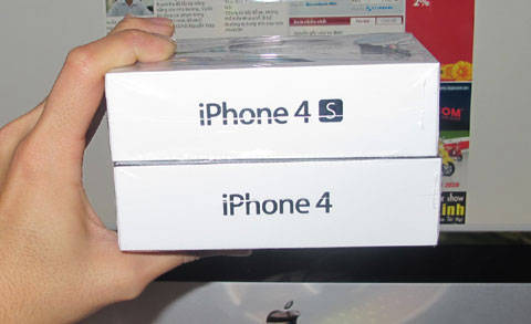 So sánh hộp máy với iPhone 4.