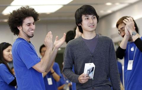 Một khách hàng mua iPhone 4S sáng nay tại Tokyo. Ảnh: Daylife.