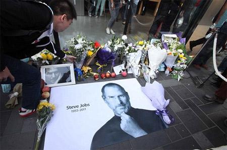 Bức ảnh này xuất hiện tràn ngập trong các lễ tưởng nhớ Steve Jobs.