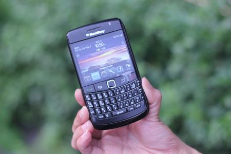 BlackBerry Bold 7980, một trong ba dòng máy hỗ trợ BIS/BES.