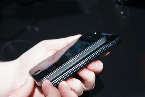 ...thiết bị này mỏng hơn điện thoại Apple rất nhiều, (7,1 mm so với 9,3 mm).