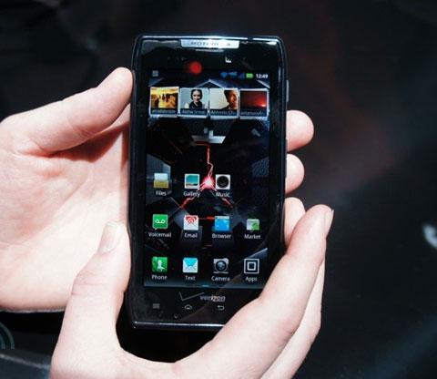 Với kích thước rộng 4,3 inch, Droid Razr ngang bằng với Galaxy S II, Sensation về hiển thị.