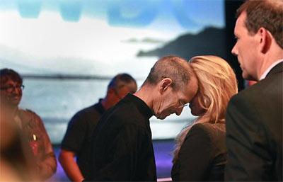 Steve Jobs ghé vào vợ sau bài phát biểu tại sự kiện Apple Worldwide Developers Conference hồi tháng 6/2011.
