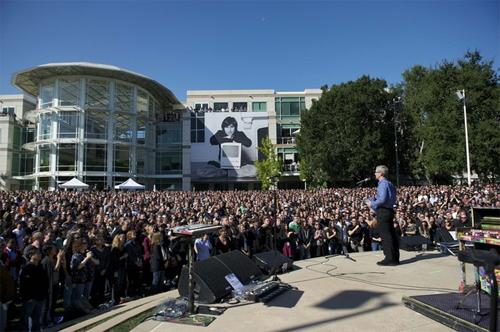 CEO của Apple, Tim Cook phát biểu trong lễ tưởng niệm Steve Jobs.