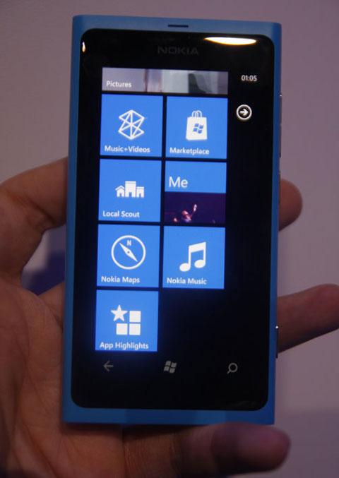 Màn hình Home của máy với các biểu tượng Windows Phone quen thuộc.