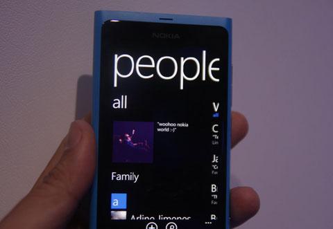 Hub People cho phép hiển thị danh bạ người dùng tích hợp với các mạng xã hội.