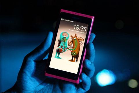 Nokia N9, một trong những mẫu smartphone đáng chú ý vừa bán. Ảnh: Quốc Huy.