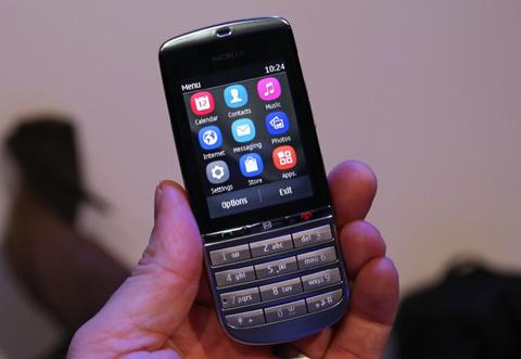 Asha 300 có kiểu dáng dạng thanh, giao diện cơ bản.