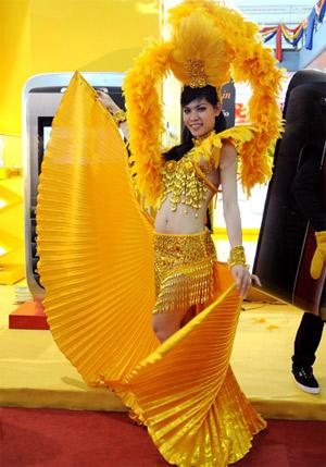 Thiếu nữ trong bộ trang phục kiểu Mỹ la tinh tại triển lãm Vietnam Comm 2009.