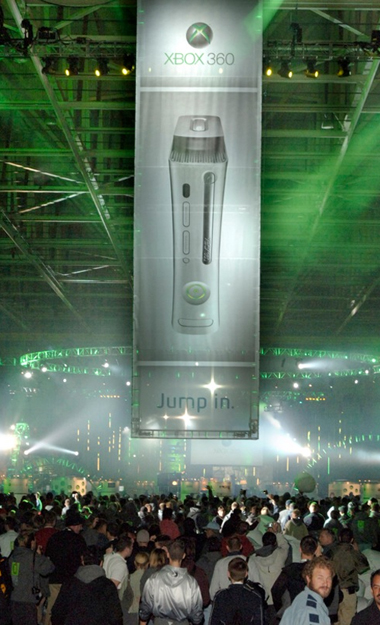 Trong năm 2005, Microsoft ra mắt dòng máy thay thế với cấu hình cao hơn, nhiều tính năng hơn Xbox, Xbox 360.