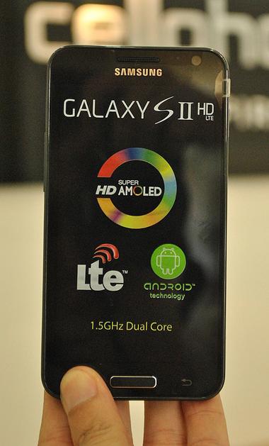 Điểm nổi bật ở model này màn hình HD kích thước 4,65 inch, chip tốc độ 1,5 GHz. Tuy nhiên màn hình sử dụng công nghệ Super AMOLED không cao cấp bằng Super AMOLED Plus.